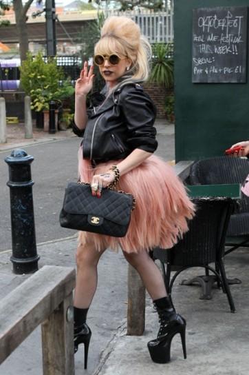 lady-gaga-in-abito-rosa-di-pelo-e-tacchi-altissimi